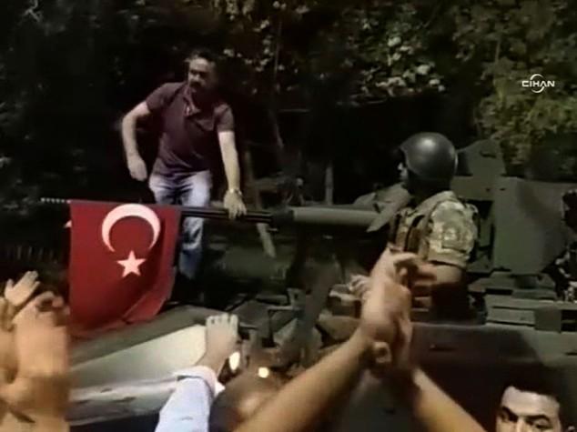 Le 'purghe' di Erdogan, arrestati 20 magistrati, rimossi altri 2.745 giudici 5 generali e 29 colonnelli