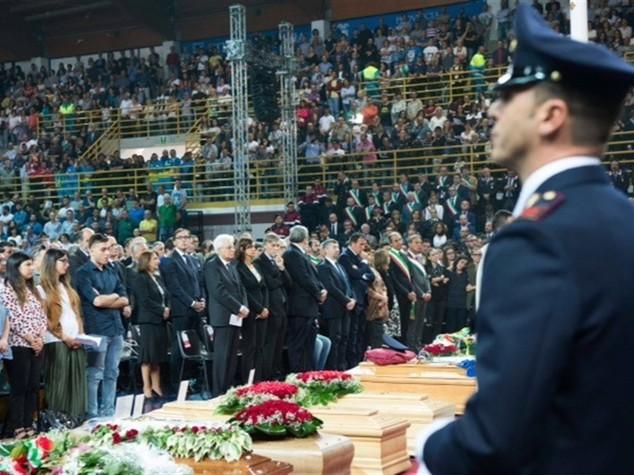 Mattarella abbraccia i parenti delle vittime dei treni
