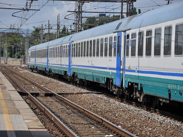 Coppia muore investita da treno a Bologna,ipotesi doppio suicidio