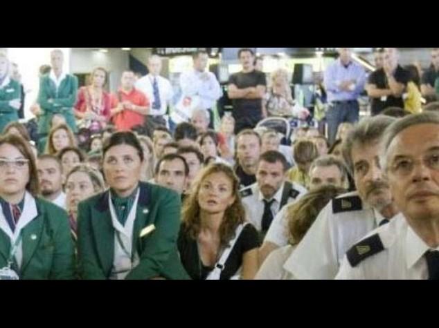 Alitalia, sindacati divisi su esuberi e contratto