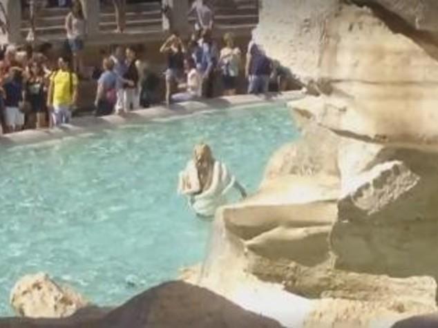 La dolce vita di una misteriosa bionda a fontana di trevi come anita ekberg video - Bagno fontana di trevi ...