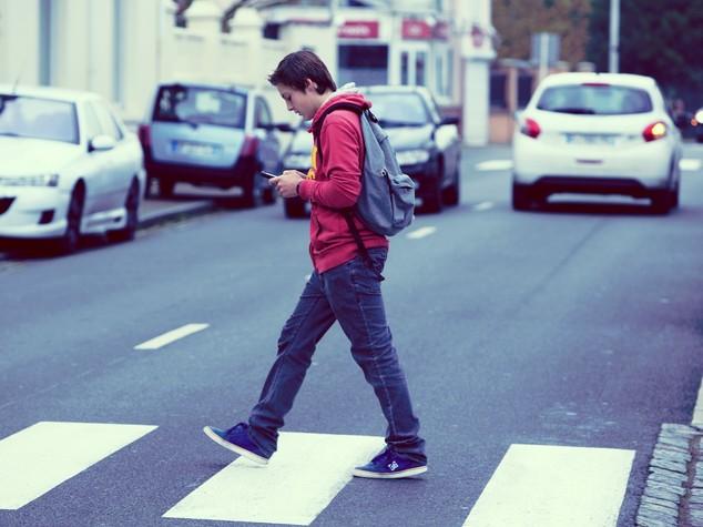 """Ricerca: allarme """"smartphone walking"""", 1 italiano su 2 a rischio"""