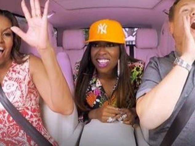 """Michelle Obama al """"Carpool Karaoke"""", tra Stevie Wonder e rap"""