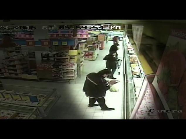 Vigile rubava salame e nascondeva in uniforme