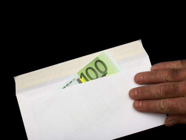 Trova per terra busta con 570 euro, disoccupato la restituisce