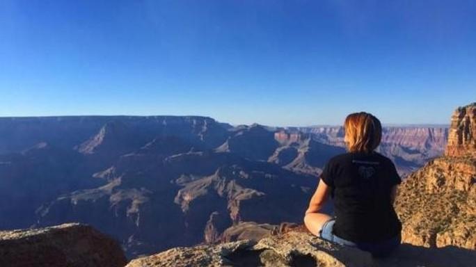 Posta foto su ciglio Grand Canyon, poi precipita da 120 metri