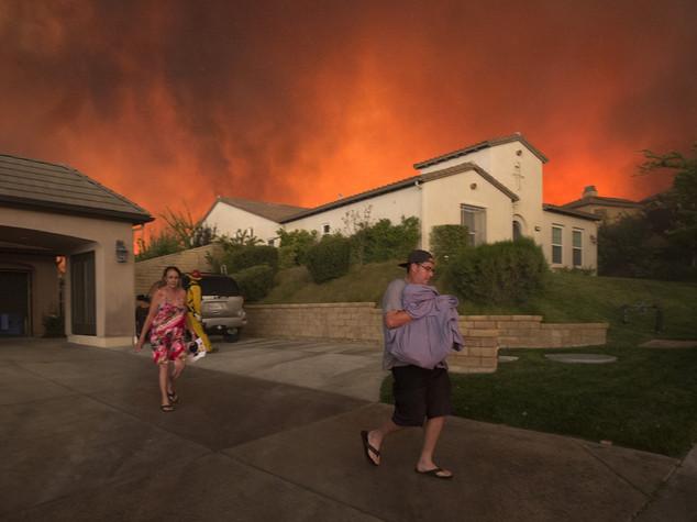Bruciano monti vicino Los Angeles, un morto