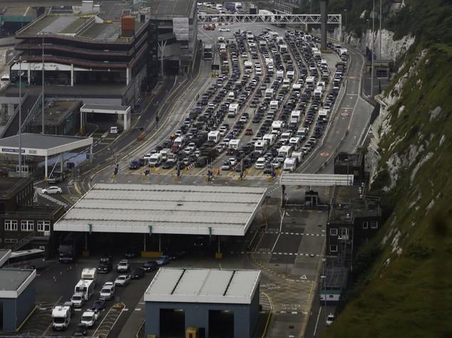 Caos a Dover per imbarchi Manica, governo Gb invia rinforzi