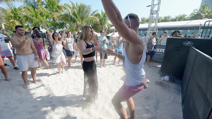 Ritmi latini e moda da spiaggia, l'estate degli italiani inizia dal web