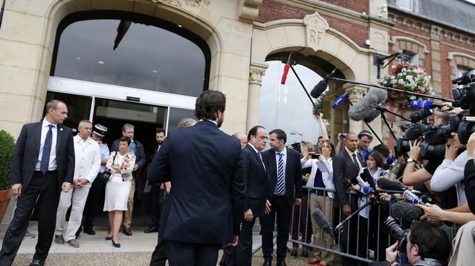 Francois Hollande fuori del municipio di Saint-Etienne-du-Rouvray