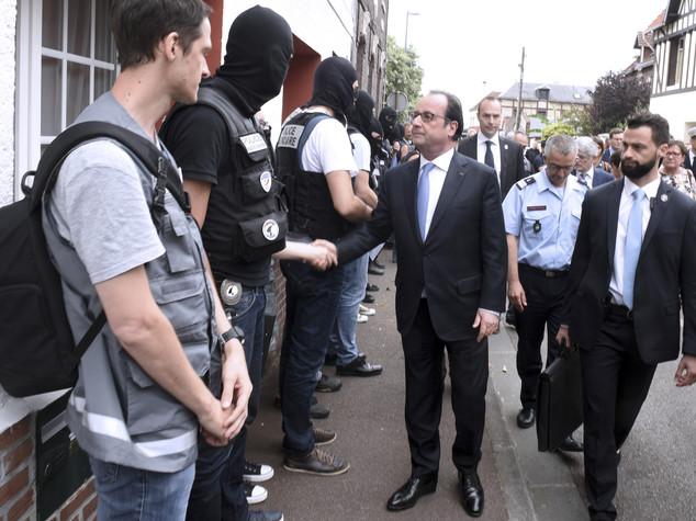 Terrore in chiesa a Rouen, prete sgozzato. Hollande, guerra a Isis