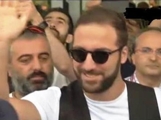 """""""Chi non salta è napoletano"""", tifosi Juve accolgono Higuain"""
