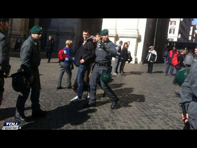 Ieri prime contestazioni in piazza del Popolo a Roma: tensione e feriti - Foto