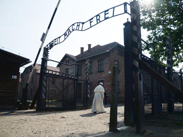 Il Papa varca da solo il cancello di Auschwitz