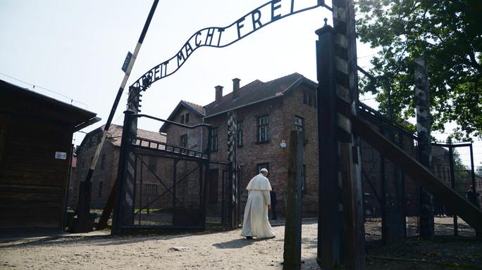 Papa, varca da solo il cancello di Auschwitz