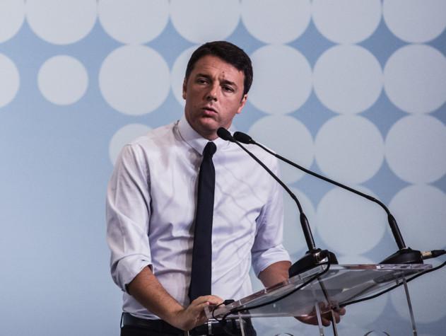Renzi a Napoli, tensione davanti al San Carlo