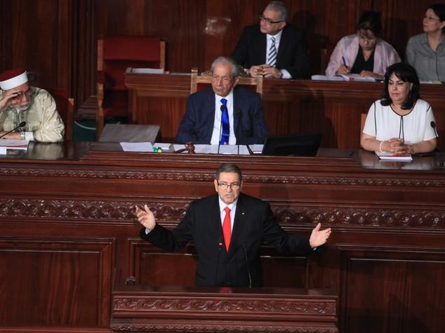 Tunisia: Parlamento sfiducia il premier Essid