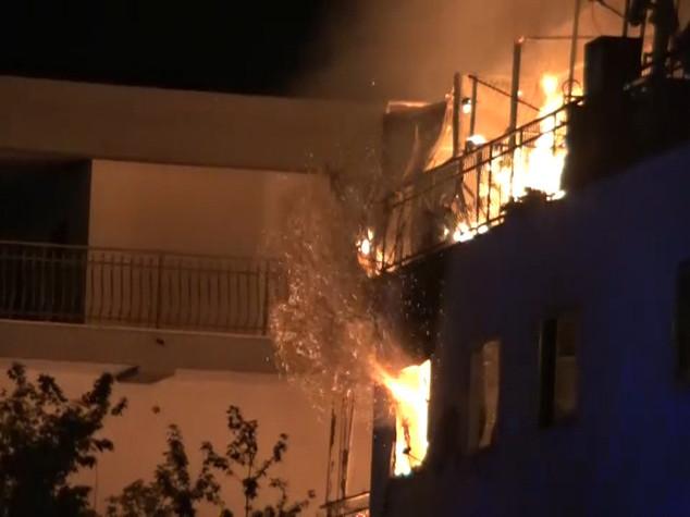 Paura alla periferia di Roma, incendio in una palazzina