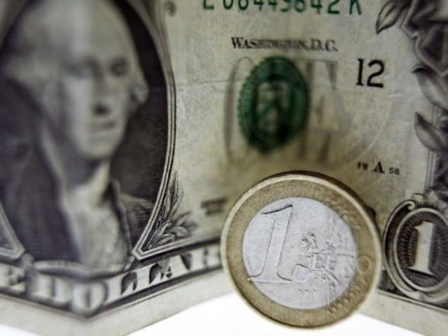 Euro chiude sotto 1,12 dollari, attesa per Fed