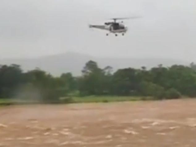 India, crolla ponte dopo inondazioni in Maharastra: 22 dispersi