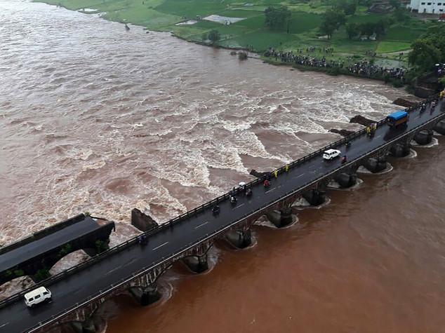 India: crolla ponte per inondazioni, 22 spariti tra flutti