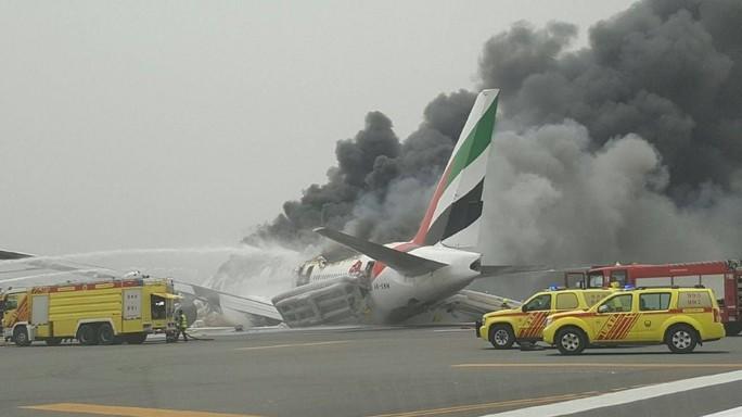8b7aa0d5aa394 Aereo Emirates in fiamme a Dubai