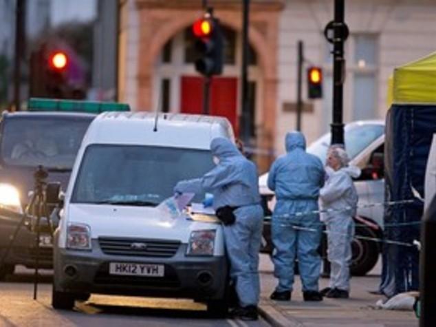 Attacco a coltellate a Londra, un morto e 5 feriti