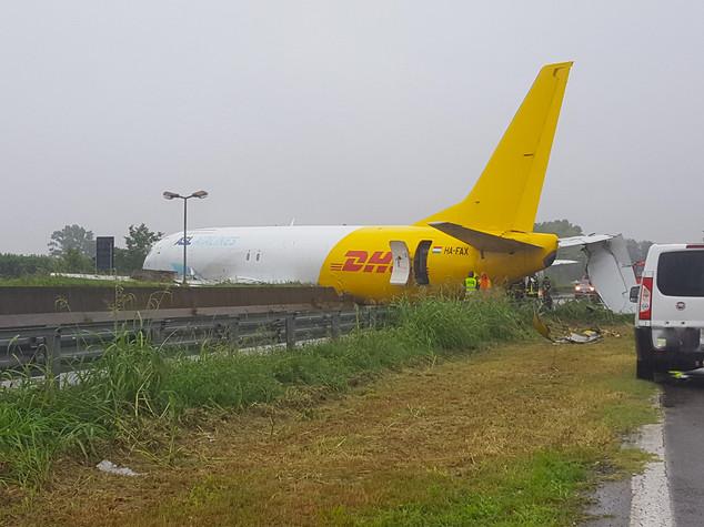 Cargo esce di pista e finisce in strada Paura all'aeroporto di Orio al Serio