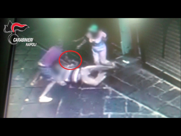 Turista russo preso a schiaffi nel centro di Napoli per un Rolex -   Video