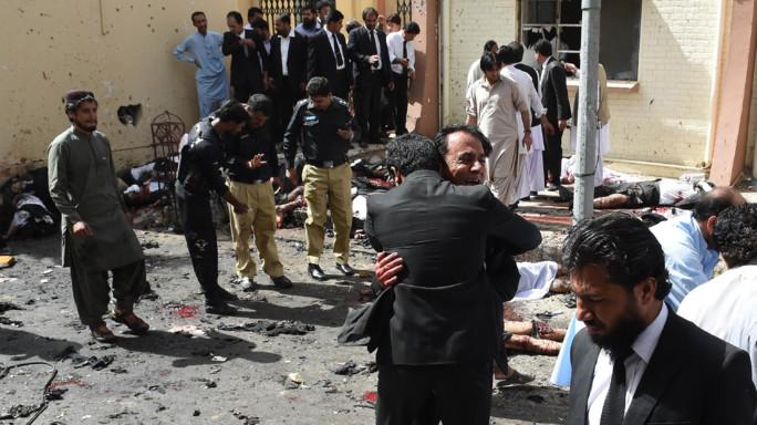 Attacco suicida in moschea, almeno 16 morti in Pakistan