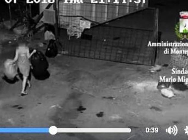 Lasciano rifiuti per strada, sindaco mette video su Facebook
