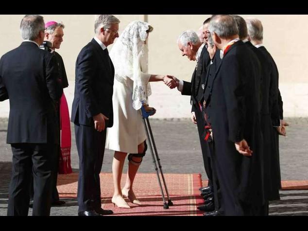 La Regina del Belgio infortunata, dal Papa con stampelle e tutore - Foto