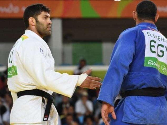 Fischiato judoka egiziano, non stringe mano a israeliano