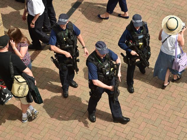 Uomo armato in strada a Wimbledon, restate in casa