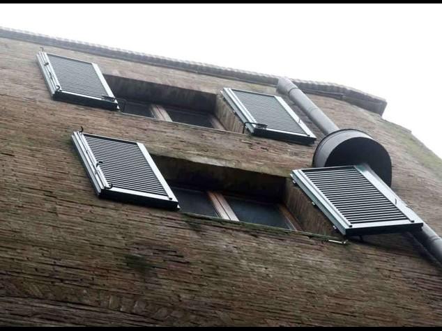 Due ventenni precipitano dal settimo piano a Milano. Ipotesi omicidio-suicidio