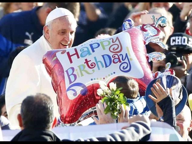 Papa Francesco compie 78 anni, festeggiato in piazza San Pietro - FOTO