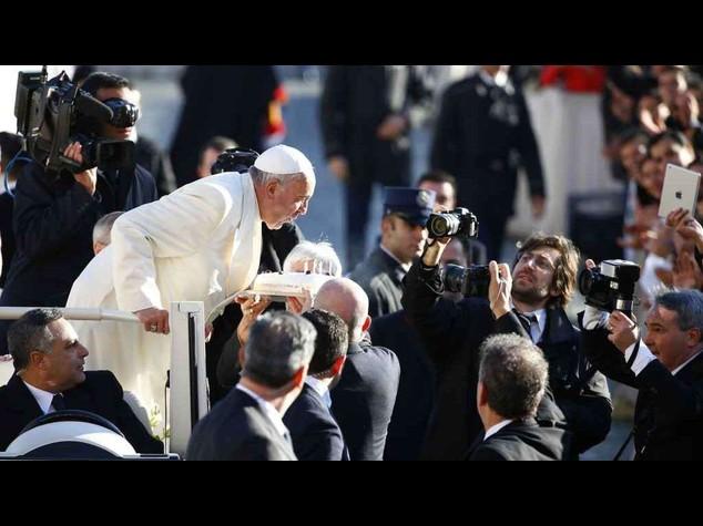 Papa Francesco compie 78 anni, torta con candeline in piazza San Pietro