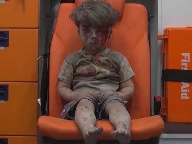 Bimbo salvato da macerie dopo raid su Aleppo, video diventa virale - VIDEO