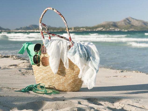 Mille cose scordate in spiaggia, spuntano dentiere e microscopio