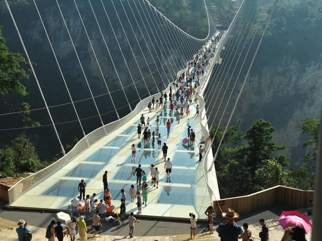Cina: Il ponte di vetro sul Grand Canyon a Changsha