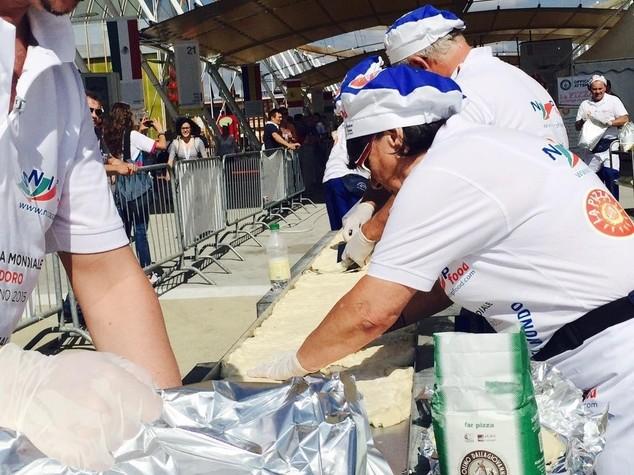 A caccia del Guinness: in Expo la pizza piu' lunga del mondo 1,5 Km - FOTO