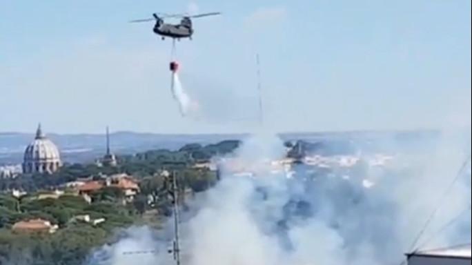 Emergenza incendi a Roma, case evacuate