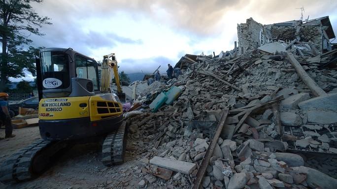 """A un mese dal terremoto, Renzi """"riportare tutto com'era"""""""