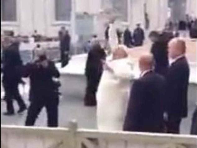 La presa da baseball di papa Francesco fa il giro del web -  Video