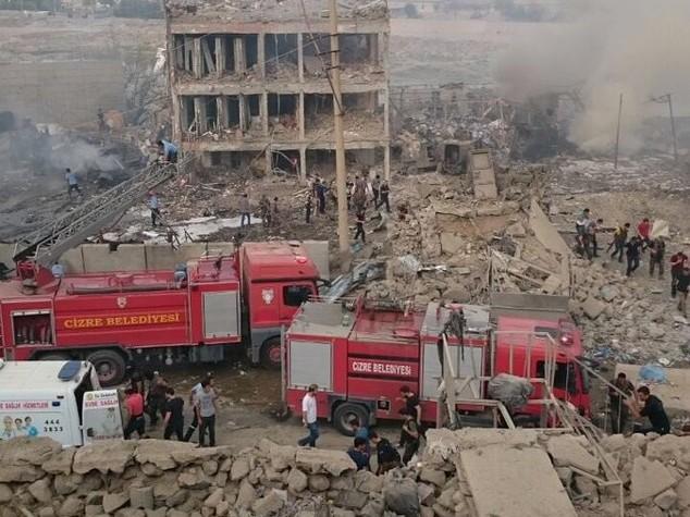 Autobomba contra polizia turca nel sud-est, 11 morti