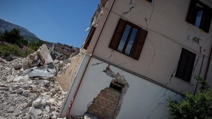 Terremoto, morti due feriti, bilancio sale a 297 vittime