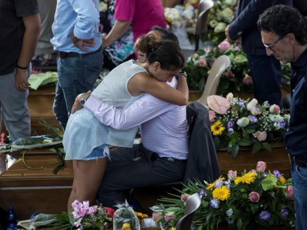 Lacrime e speranza, l'abbraccio alle vittime