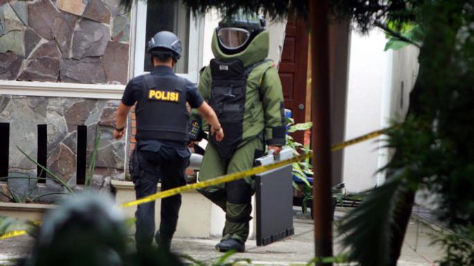 Indonesia, militante Isis ferisce prete in chiesa