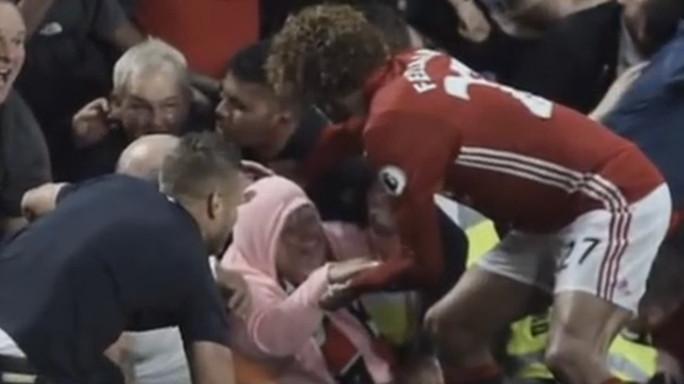 L'eroe Fellaini, salva tifosa che stava per essere schiacciata - Video