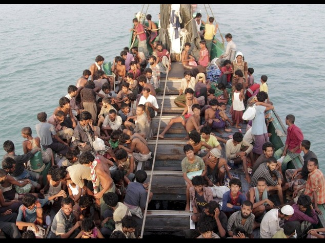 """Migranti: soccorsi migliaia su coste italiane. Papa, """"non aiutarli e' attentato alla vita"""""""